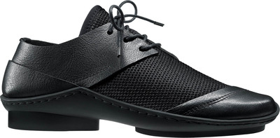 Sporty lace-up shoe with mesh detail