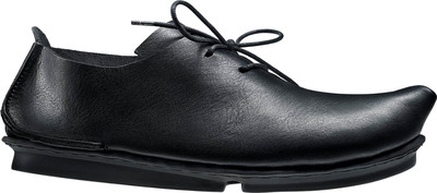 Unisex lace-up shoe with a cleverly slanted vamp